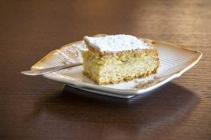Funfetti Pudding Cake - FoodBabbles.com #cake #funfetti #sprinkles
