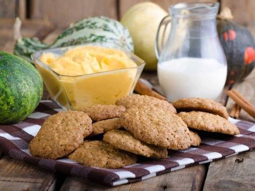 pumpkin cinnamon dip with cookies
