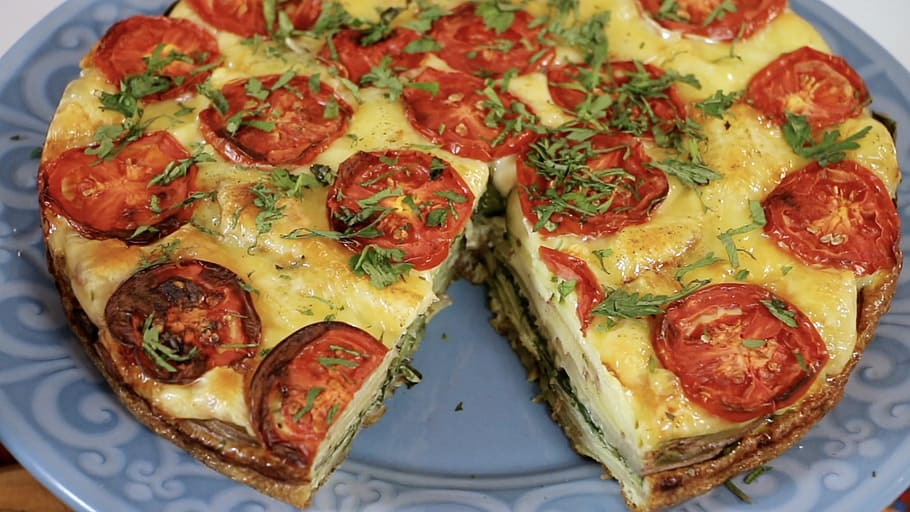 crustless quiche topped with tomato slices