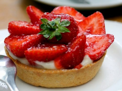 delicious white chocolate mint tart with strawberry