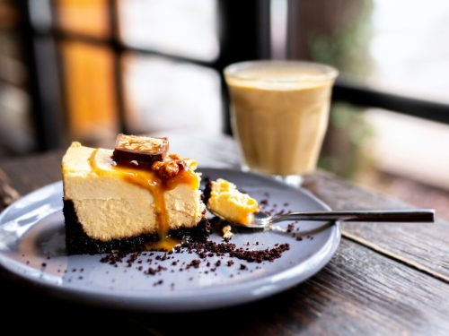 Snickers Cheesecake with Caramel Sauce Recipe, baked peanut butter snickers bar cheesecake with caramel sauce