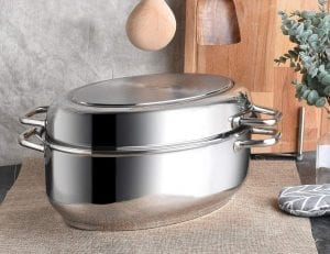 Oval-shaped metal roasting pan with rack and lid