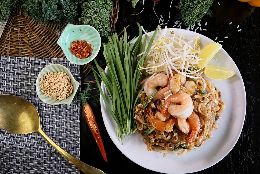 pad thai with shrimp and peanuts
