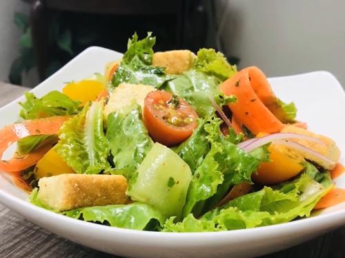 green salad with garlic crunch recipe